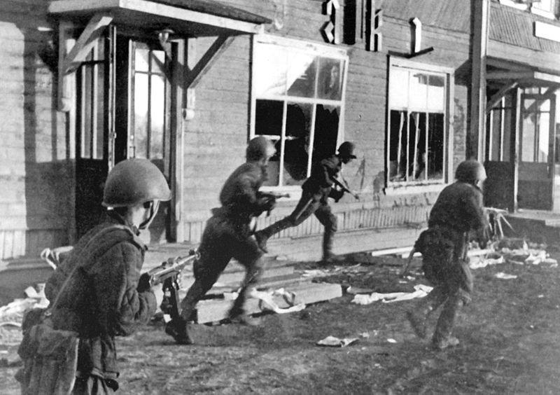 Советские автоматчики ведут бой за город Олонец. Карелия, июнь 1944