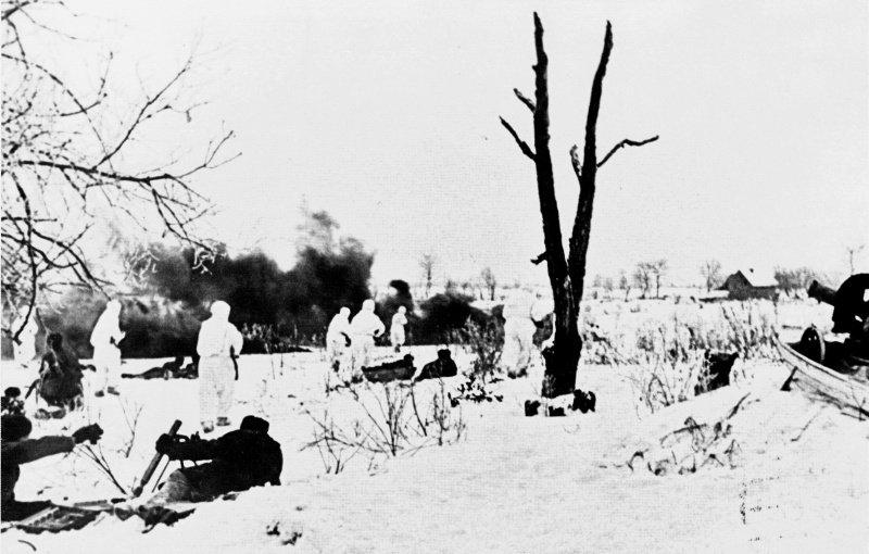 Советские бойцы атакуют противника в районе Ропши
