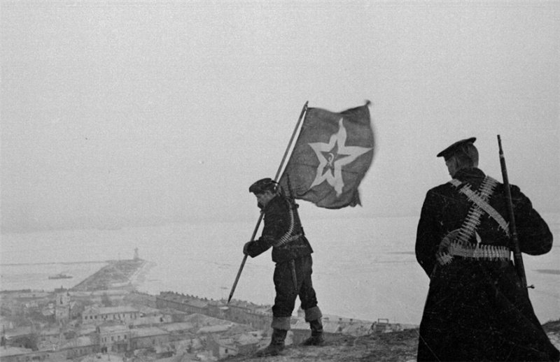 Советские морпехи устанавливают флаг на горе Митридат в Керчи