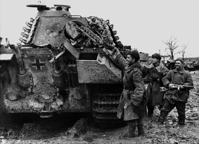 Советские солдаты осматривают захваченный в городе Умань немецкий танк Pz.Kpfw. V Ausf. A 'Пантера'.