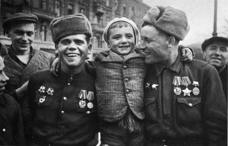 Советские солдаты с ребенком в освобожденной Одессе