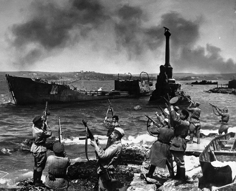 Советские солдаты салютуют в честь освобождения Севастополя