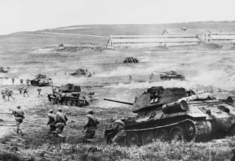 Советские танки Т-34-85 с десантом ведут бой за станцию Раздельная