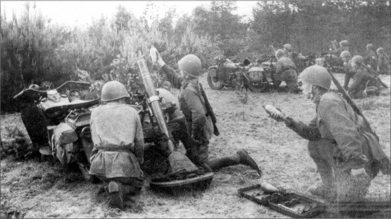 Советский минометный взвод ведет огонь по противнику в районе Барановичей