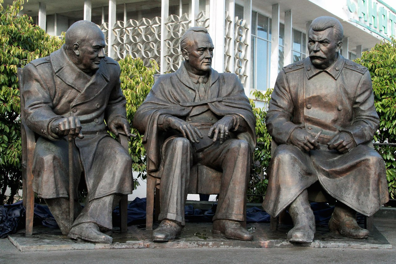 Сталин черчиль рузвельт в ялте памятник