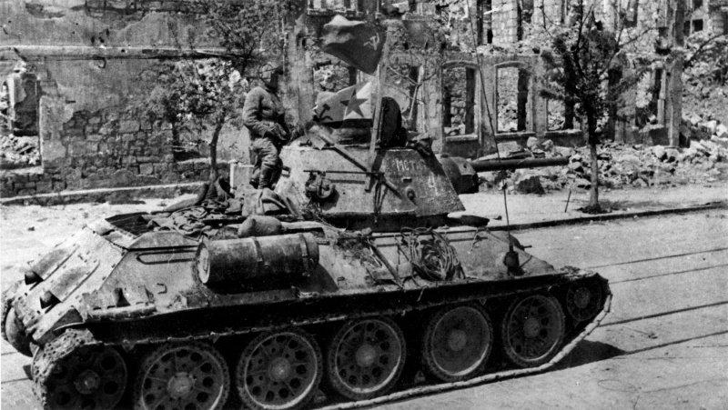 Танк Т-34 в на улице освобожденного Севастополя