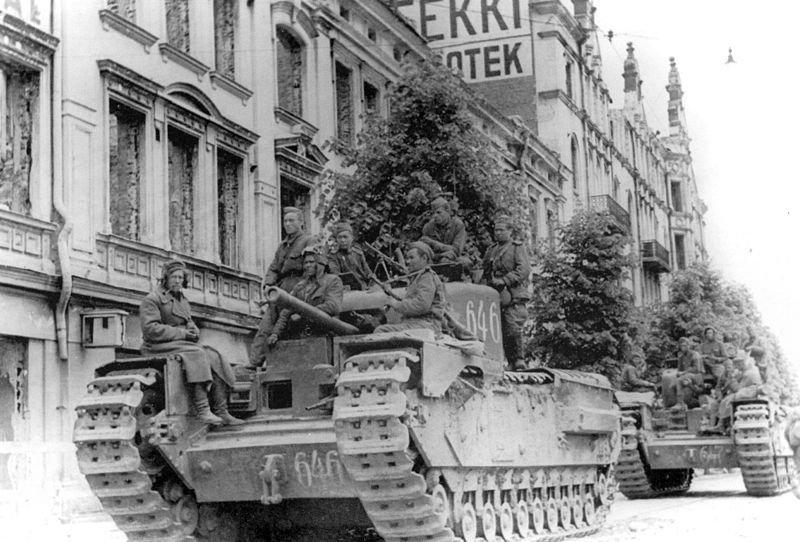 Танки MK IV 'Черчиль' на улице освобожденного Выборга