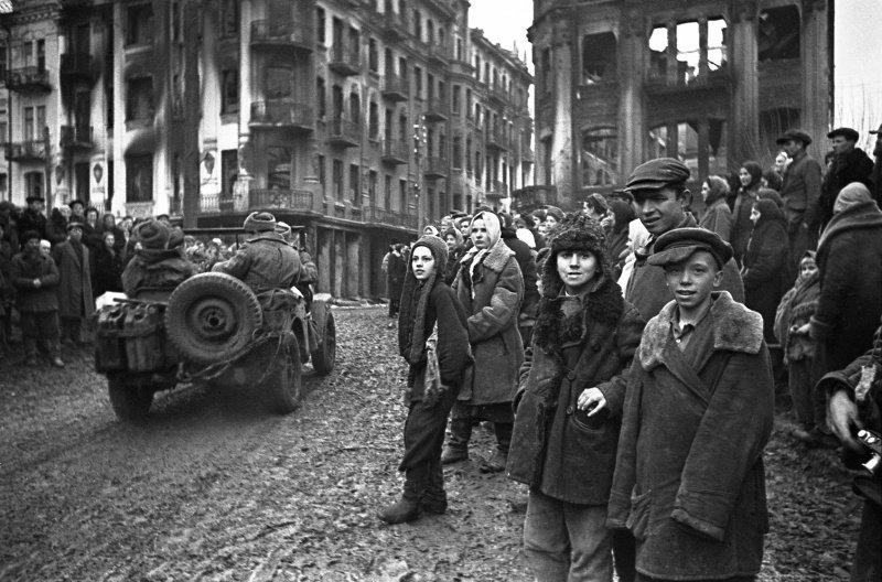 Жители Винницы встречают советских солдат-освободителей. Когда советские войска вошли с боями в Винницу — город охватили пожары, которые устраивали отступающие немцы.