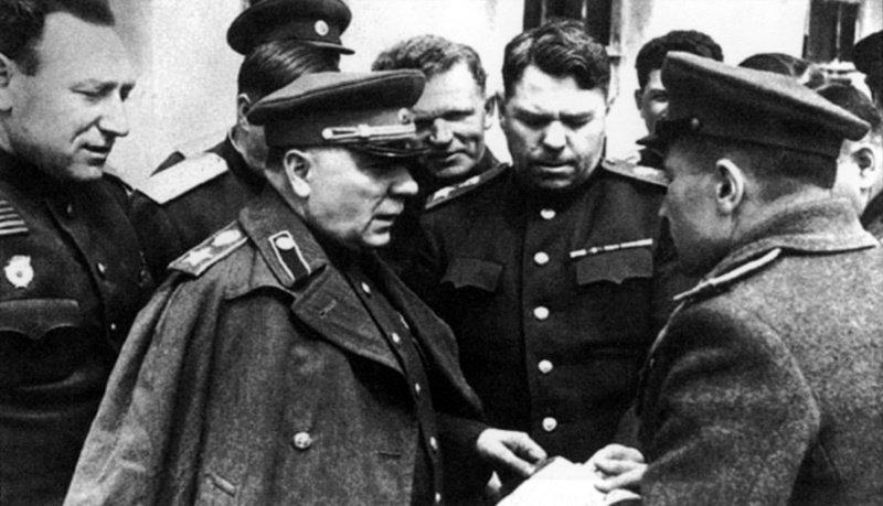 член Государственного комитета обороны маршал Советского Союза Климент Ефремович Ворошилов