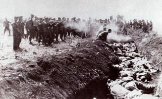 гитлеровские фашисты расстреливаюи советских граждан