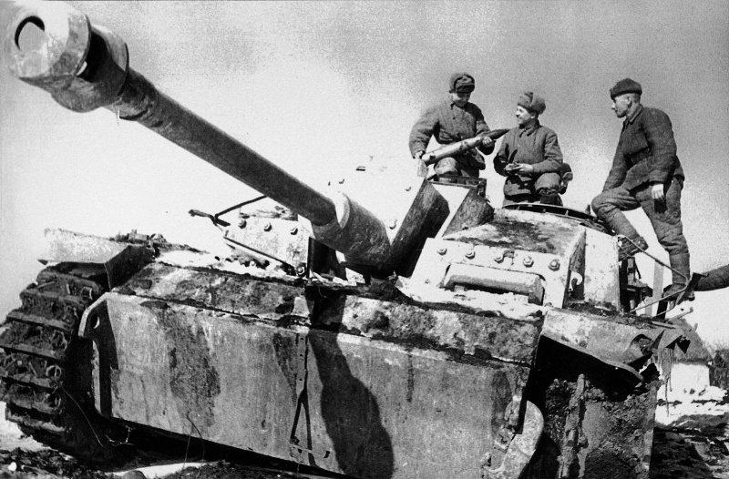 олдаты 3-го Украинского фронта рассматривают снаряд захваченной немецкой самоходки StuG III Ausf. G на дороге в Никополь