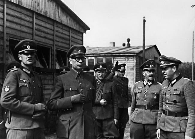 General Wlassow im Kreise von Offizieren.