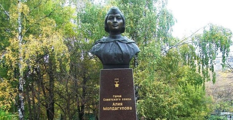 Алия Молдагулова и Маншук Маметова - Героям Советского Союза-пам.1