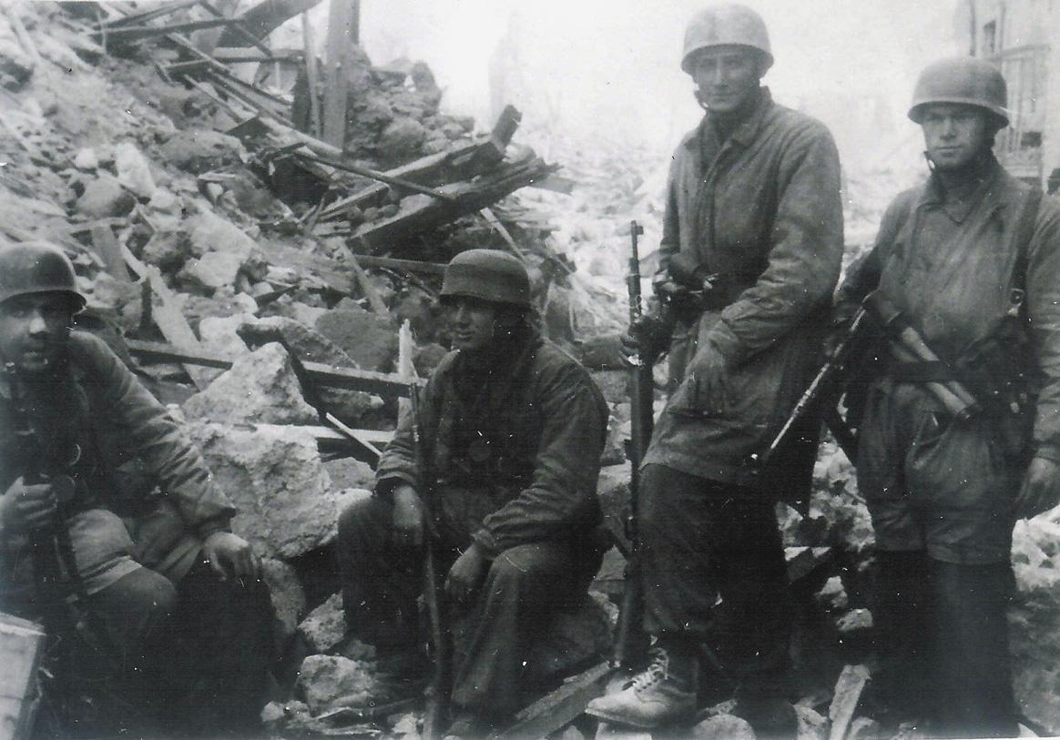 Немецкие десантники из 1-й парашютной дивизии защищают город в марте 1944