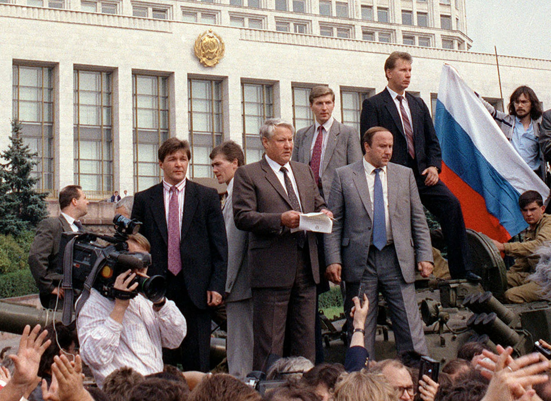 Russian President Boris Yeltsin (C) delivers a speech while standing atop an armoured vehicle outside the government house in this August,19, 1991 file photo. Russia is marking the 20th anniversary of the failed 1991 coup by hardline communists that hastened the end of the Soviet Union. REUTERS/Files  (RUSSIA - Tags: POLITICS CIVIL UNREST ANNIVERSARY)