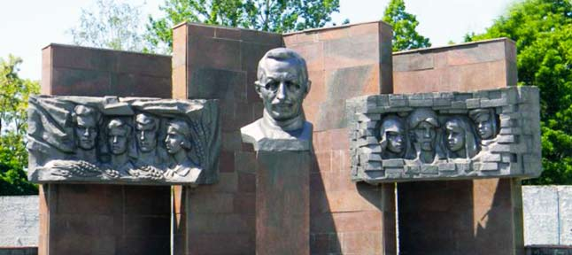 макаренко памятник