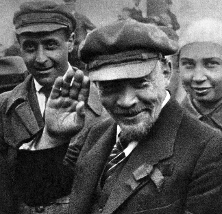 Ленин приветствует рукой