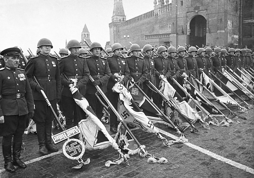 Парад Победы - фашистские штандарты у мовзалея Ленина