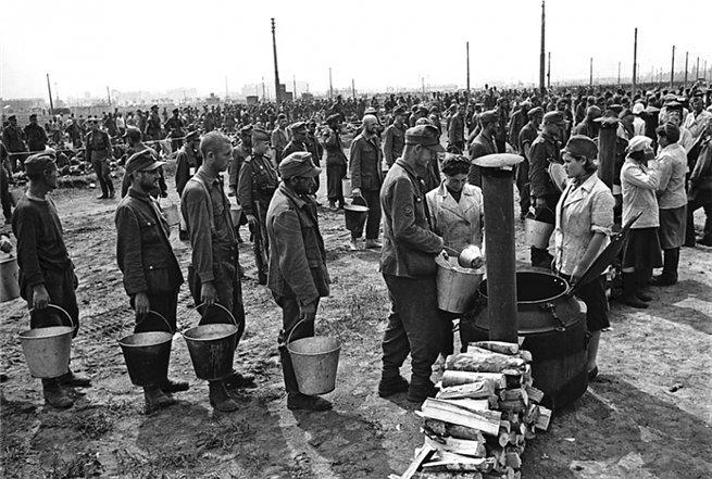 парад побежденных-раздача еды