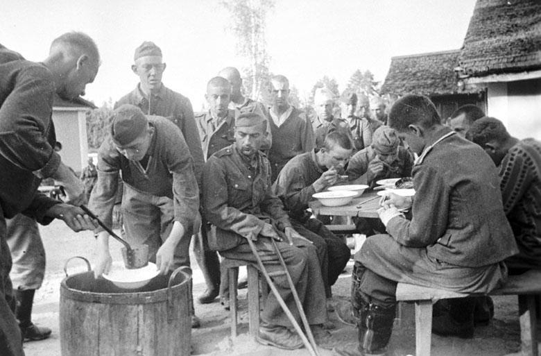 парад побежденых Пленные немцы в лагере на Московском ипподроме.