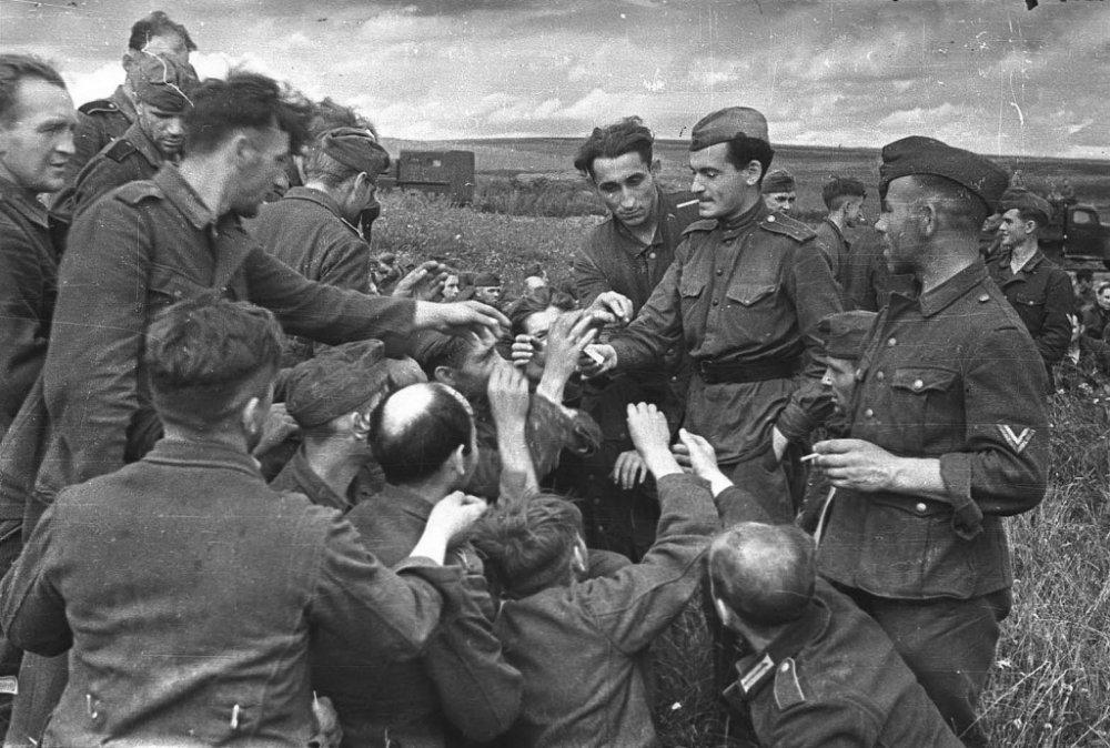 парад побежденых Пленные немцы в лагере на Московском ипподроме1.
