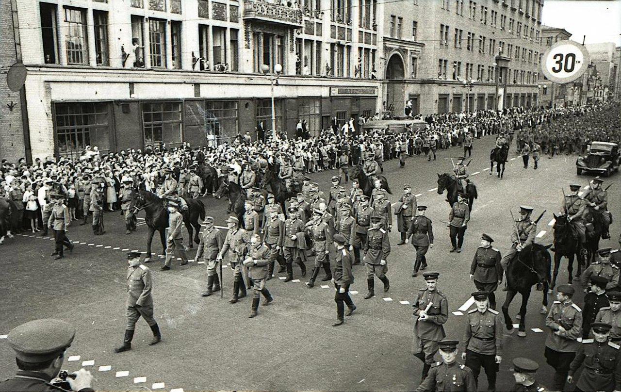 парад побежденых генералы1