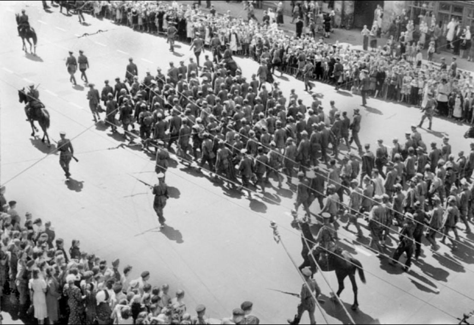 парад побежденых генералы2