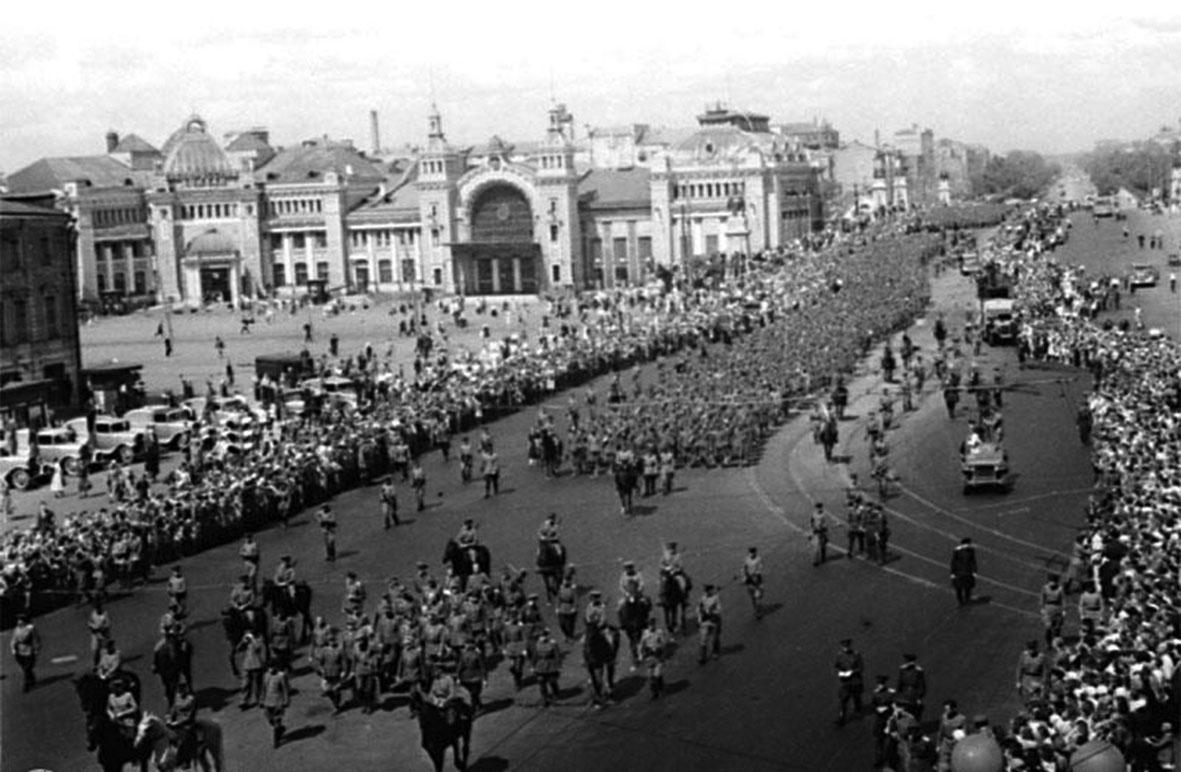 парад побежденых15