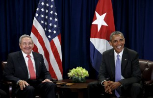 U.S. President Barack Obama (R) and Cuban President Raul Castro meet at the United Nations General Assembly in New York September 29, 2015.   REUTERS/Kevin Lamarque  - RTS29HK