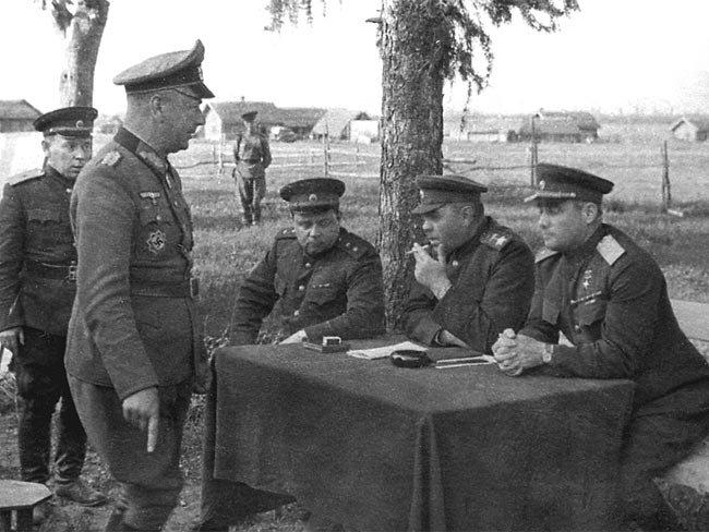 5-й сталинский удар В. Е. Макаров, А. М. Василевский и И. Д. Черняховский допрашивают командира 206-й пехотной дивизии А. Хиттера