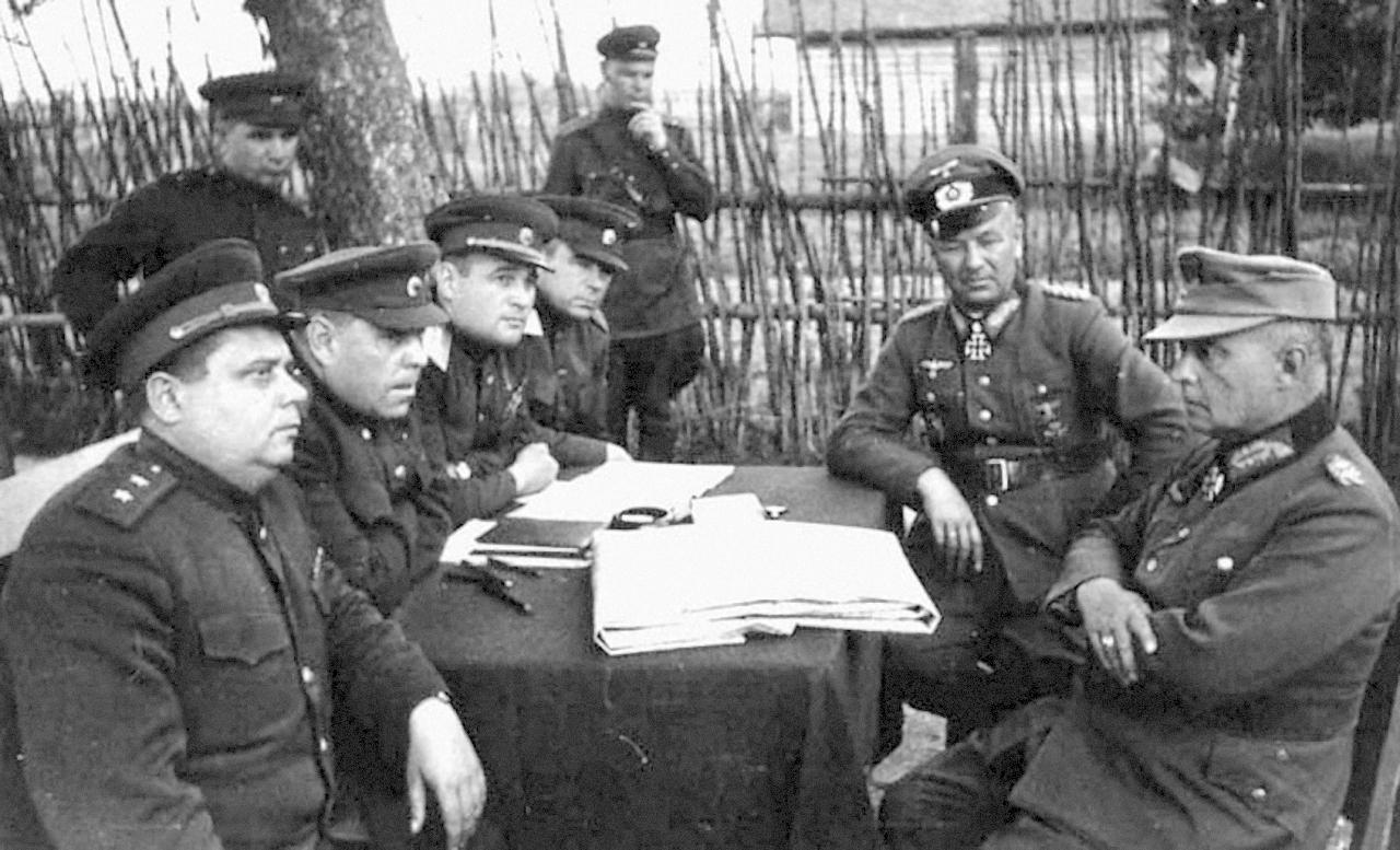 Черняховский допрашивает гитлеровских офицеров