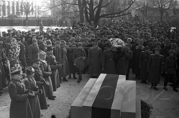 Черняховский похороны2