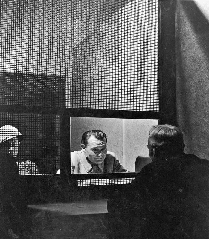 Добрый палач Геринг во время встречи со своим адвокатом