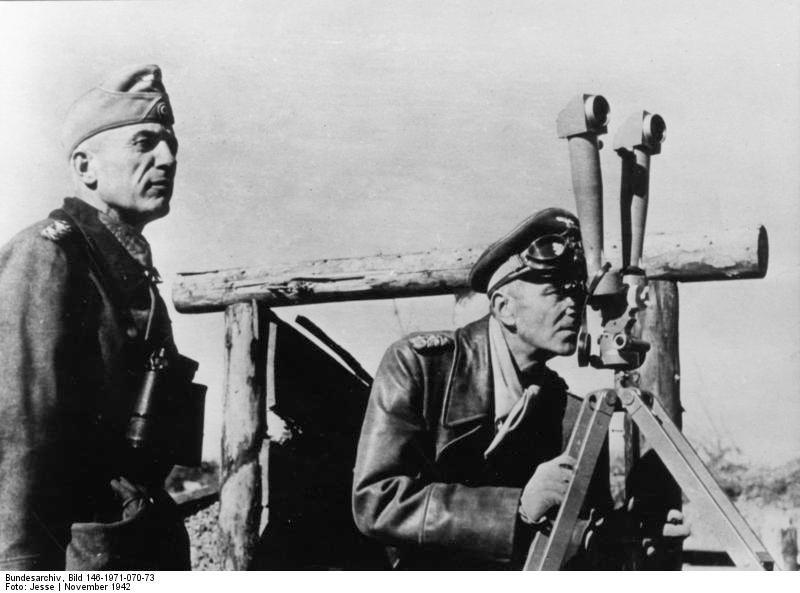 Der Oberbefehlshaber einer Armee, Ritterkreuztrдger General der Panzertruppe Paulus (rechts) auf einer B-Stelle im nцrdlichen Abschnitt Stalingrads.