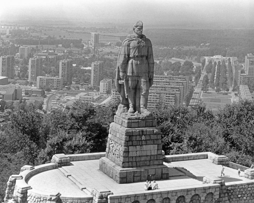 Памятник алеша3
