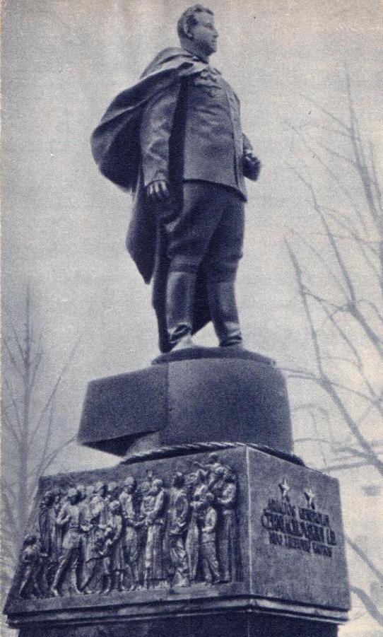 Памятник_Черняховскому_в_Вильнюсе.