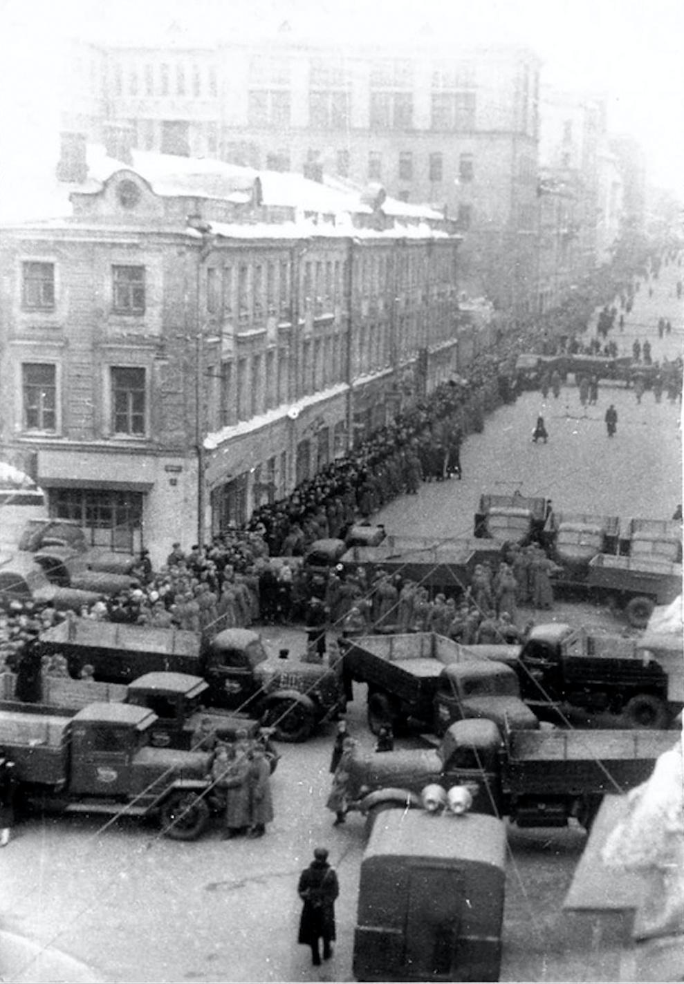 Похороны Сталина - колонна авто охраны.png