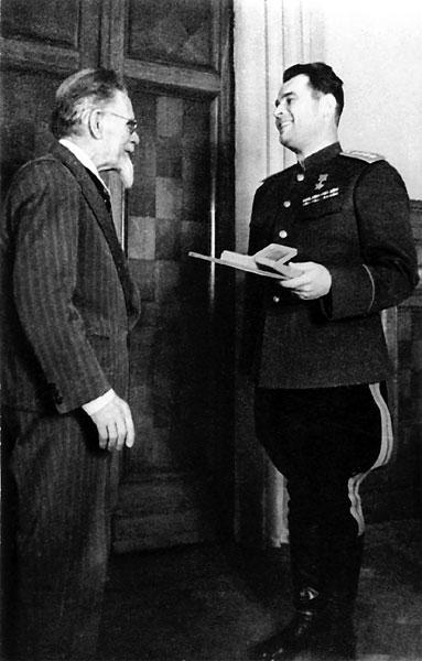 Председатель Президиума Верховного Совета СССР М.И. Калинин вручает генералу армии И.Д. Черняховскому вторую медаль Золотая Звезда.