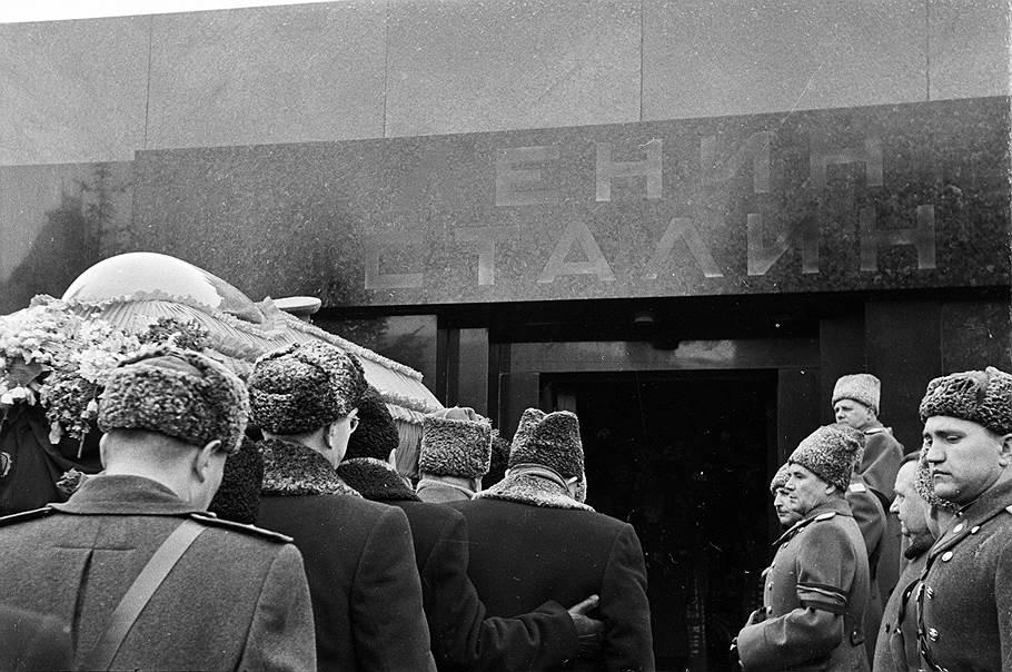 Сталин умер вносят в мавзолей