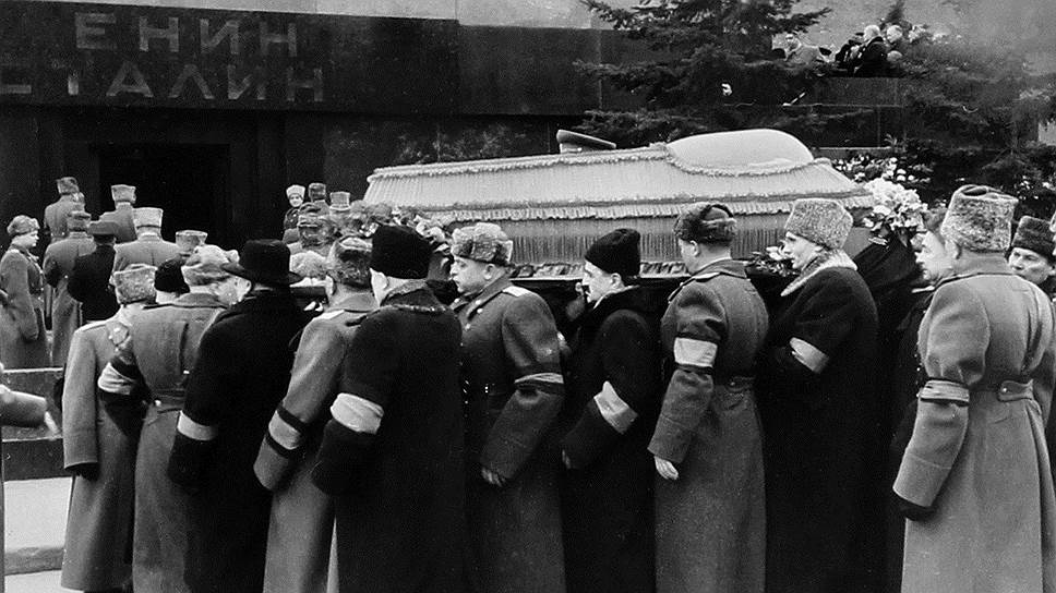 Сталин умер вносят в мавзолей1