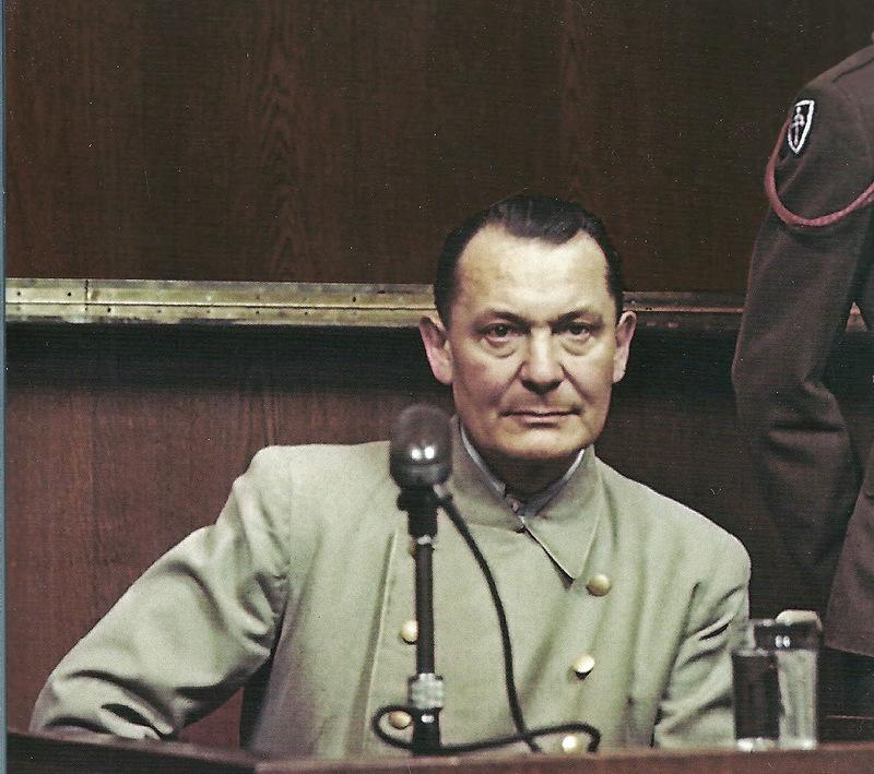 добрый палач Геринг на процессе