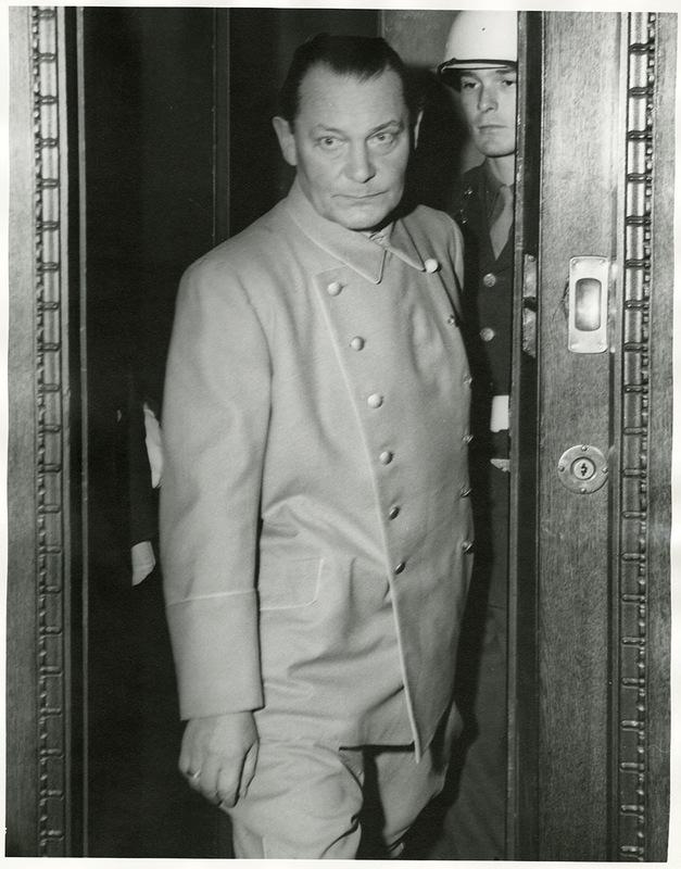 добрый палач Геринг, похудевший за время процесса на 20 кг.