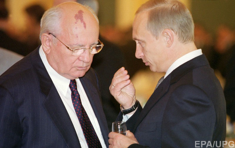 ITAR-TASS POOL MOS07 - 20020612 - MOSCOW, RUSSIAN FEDERATION : President of Russia Vladimir Putin (R) talks to Mikhail Gorbachev (L), the first and the last President of the Soviet Union during the state reception, held in the Grand Kremlin Palace in Moscow, Wednesday 12 June 2002, on the occasion of Russia's State holiday - Sovereignty Day. EPA PHOTO ITAR-TASS POOL / VLADIMIR RODIONOV /sc