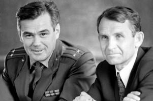 Командир космического корабля «Союз-12» подполковник Василий Лазарев (слева) и бортинженер Олег Макаров