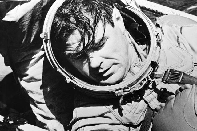 Космонавт Лазарев после приводнения.