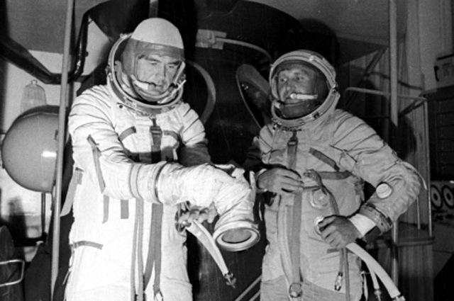 Летчики-космонавты Лазарев и Макаров