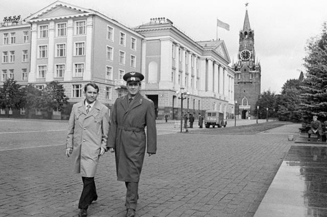 Космонавты В. Лазарев и О. Макаров в Кремле