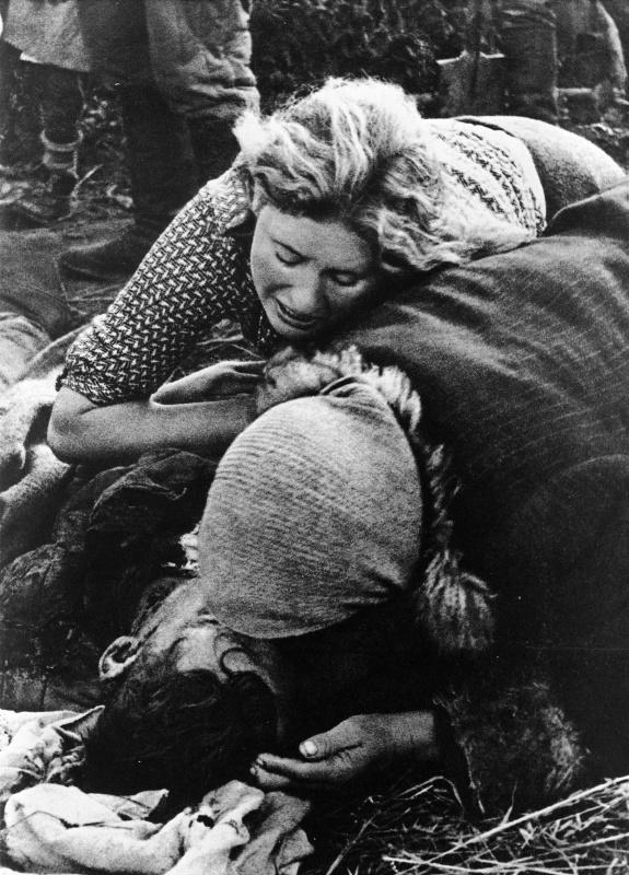 Авторское название фотографии — Жертвы фашисткого террора. 1943г.