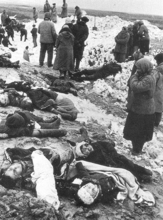 Багеровский противотанковый ров близ Керчи Местные жители оплакивают убитых немцами людей январь 1942г