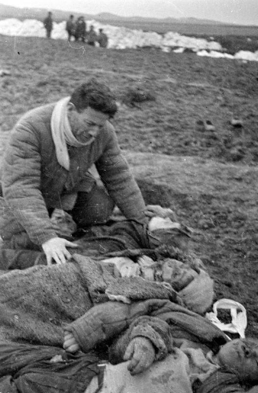 Багеровский противотанковый ров близ Керчи. Григорий Берман над телами жены и детей.